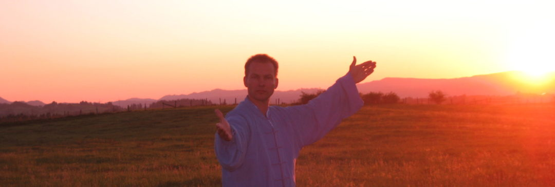 Tai Chi im Sonnenaufgang