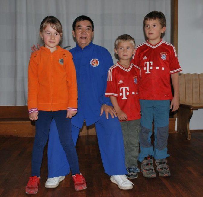 Taiji Meister Li Sui Yin mit Kindern